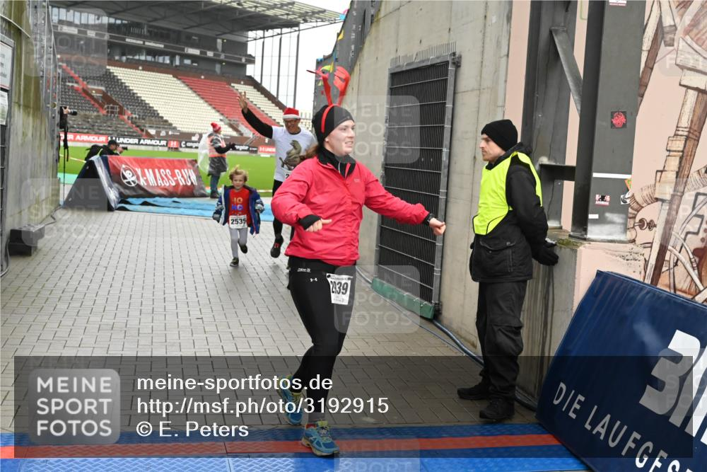 08.12.2019 - St. Pauli X-Mass-Run No. 9 E. Peters http://msf.ph/oto/3192915 08.12.2019 12:06:00 Ziel 2535, 2536, 2651, 2652, 2802, 2939, 2978, 3026, 3128, 3438, 3459, 3460, 3492, 3493 meine-sportfotos.de