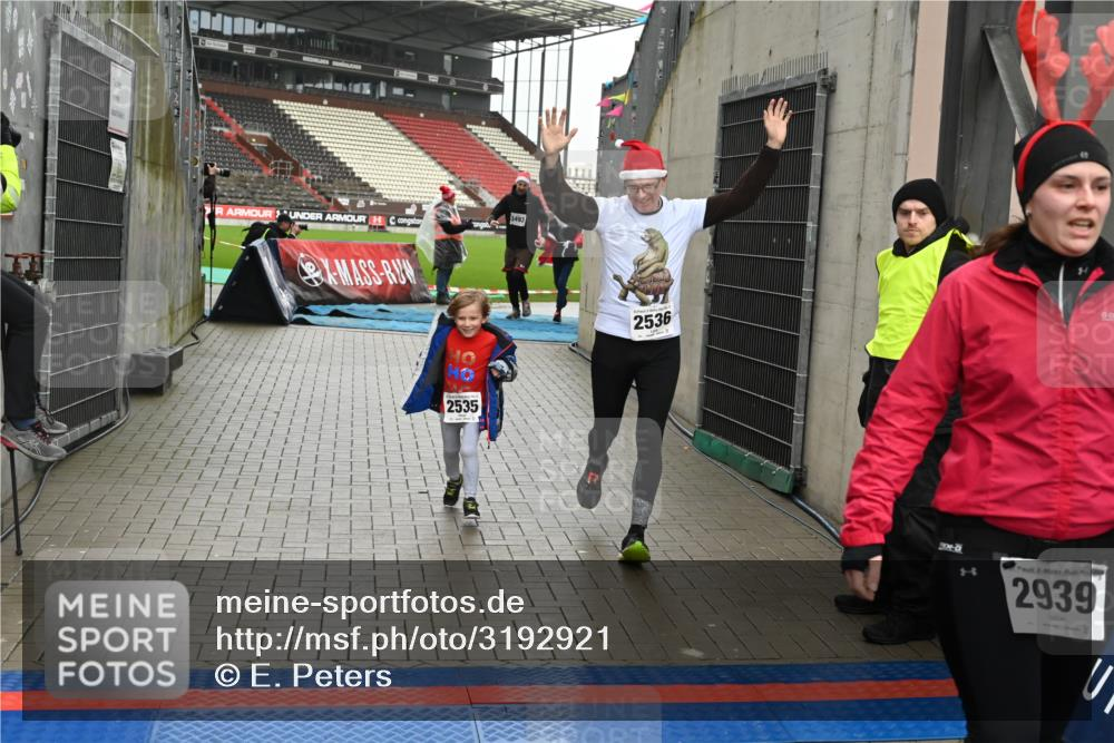 08.12.2019 - St. Pauli X-Mass-Run No. 9 E. Peters http://msf.ph/oto/3192921 08.12.2019 12:06:01 Ziel 2535, 2536, 2651, 2652, 2802, 2939, 2947, 2978, 3026, 3128, 3438, 3459, 3460, 3492, 3493 meine-sportfotos.de